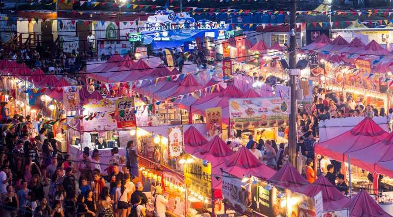 Qué es: abierto los fines de semana y las noches de vacaciones de mayo a octubre, este es el mercado nocturno más grande de América del Norte.  Por qué ir: El Mercado Nocturno de Richmond te dará una idea de los famosos mercados nocturnos de Asia. Pruebe alimentos como calamares a la parrilla, papas fritas, gyozas, roti mac y queso y helado de nitrógeno en los puestos de comida, luego compre regalos y accesorios en los puestos de venta. Hay juegos, música en vivo y entretenimiento, y siempre una excelente observación de personas.